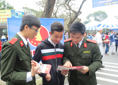 Sinh viên Học viện An ninh tư vấn tuyển sinh cho thí sinh.